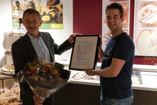 Bestuursvoorzitter-Hans-de-Leeuw-links-overhandigt-1000e-toekenning-aan-Rick-Verkerk-rechts-website